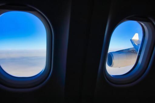 비행기 창 · 배경