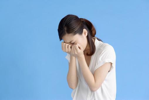 泣き崩れる 여성