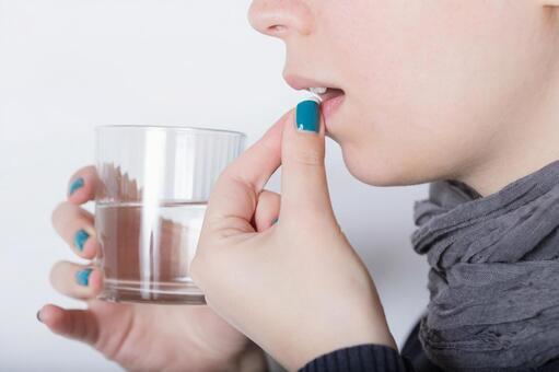薬を飲む人5 - No: 278260|写真素材なら「写真AC」無料(フリー)ダウンロードOK