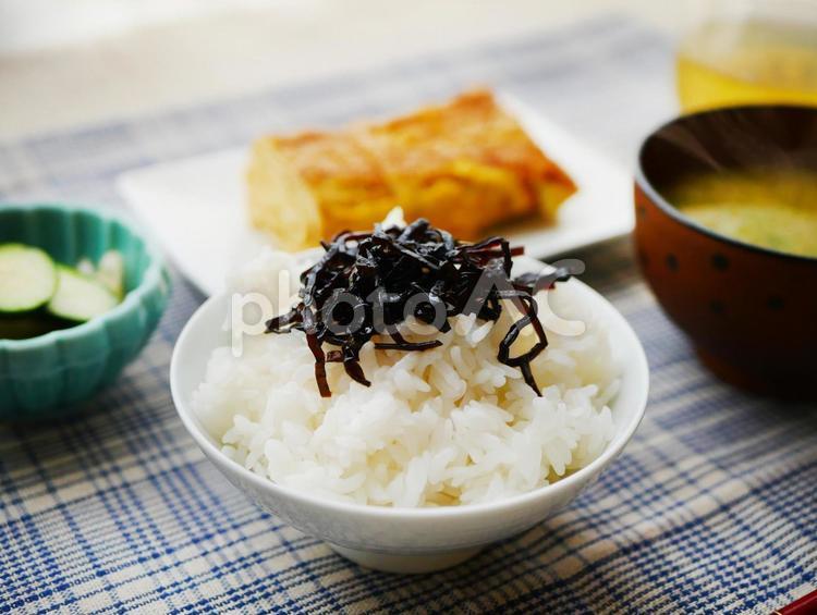 朝食 卵焼きとごはん お味噌汁 定食の写真