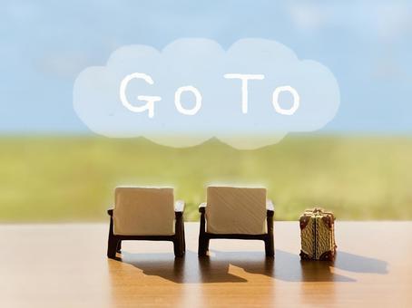 의자 2 개 및 트렁크와 GoTo 문자 _ 녹색과 푸른 하늘 배경