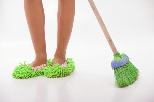在清洗脚拖地24
