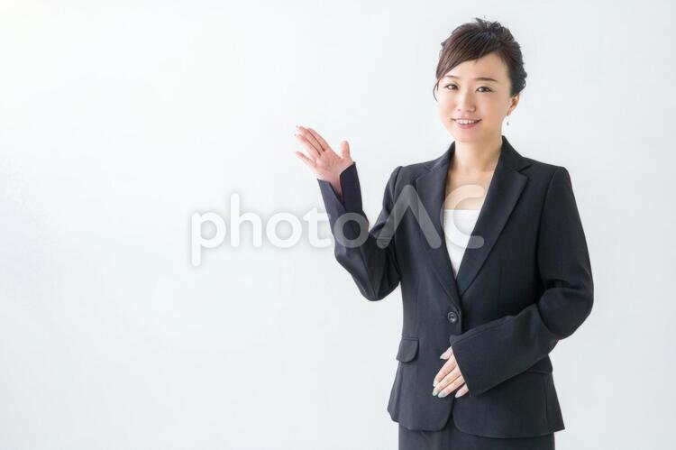 【切抜PSD】案内する女性の写真