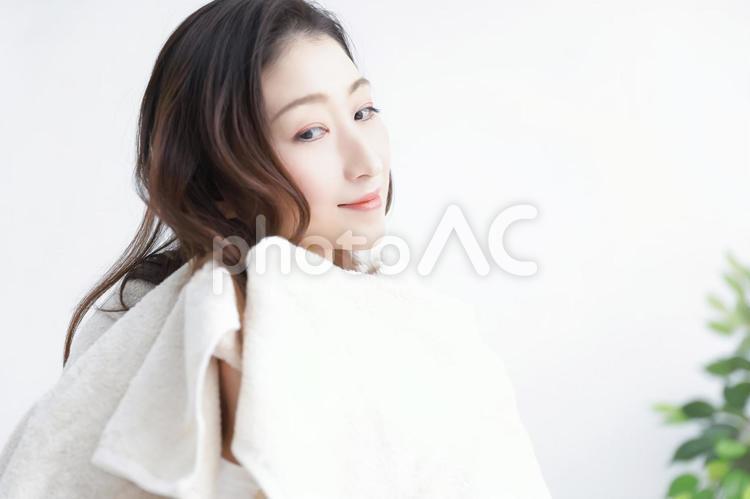 タオルドライする女性の写真