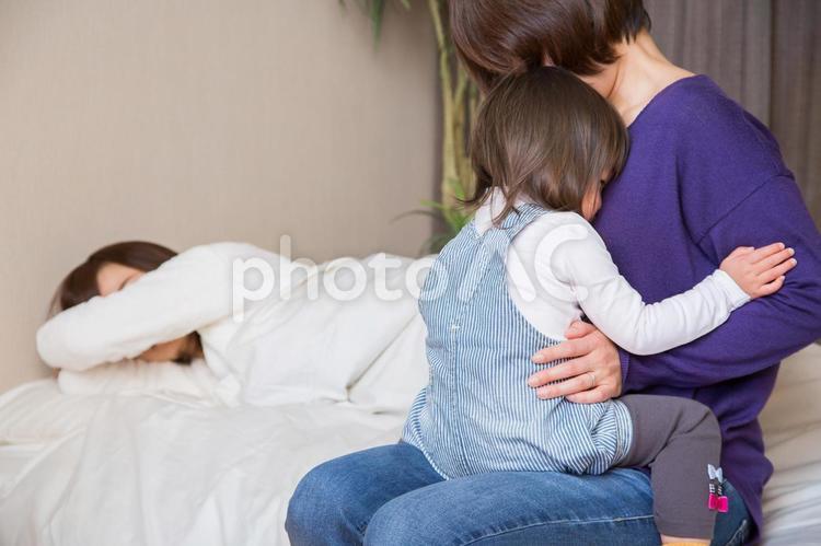 赤ちゃんと女性達の写真