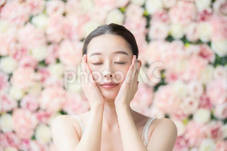 スキンケア・女性・フラワー背景の写真