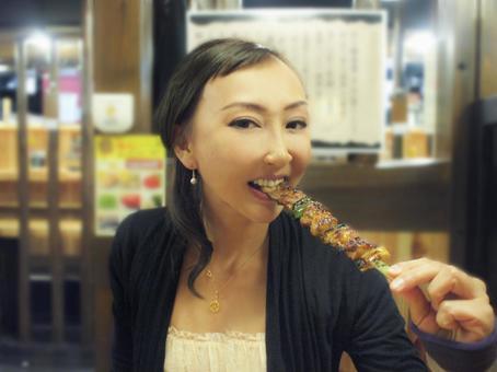 닭을 먹는 여자