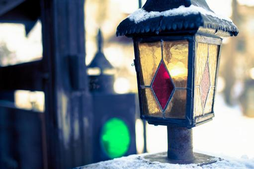 Snow lying on a streetlight