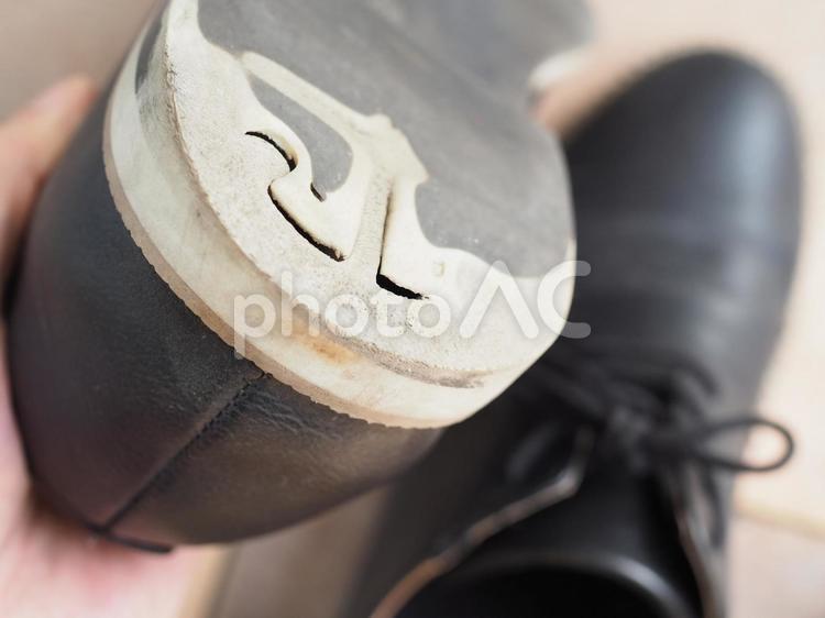 かかとのすり減った靴4の写真