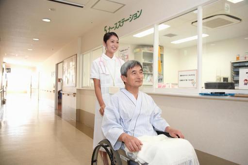 護士和輪椅男子3