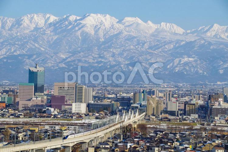 新幹線と立山連峰の写真