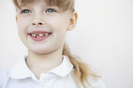 牙齒不好的女孩