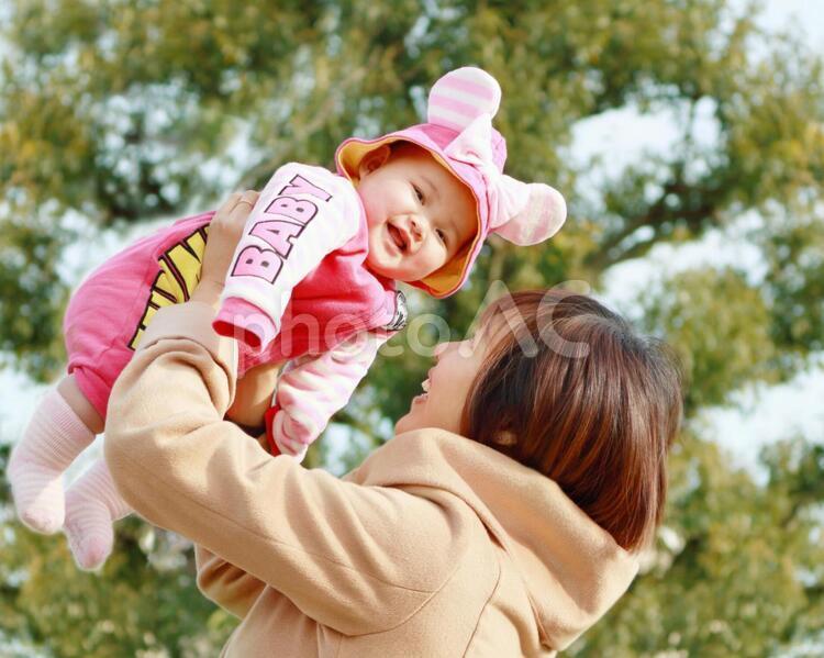 笑顔の赤ちゃんとしあわせママの写真