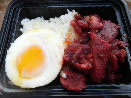 괌의 구운 돼지 고기 계란 도시락