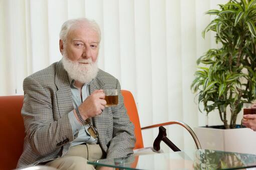 Foreign nursing old man who drinks tea 1
