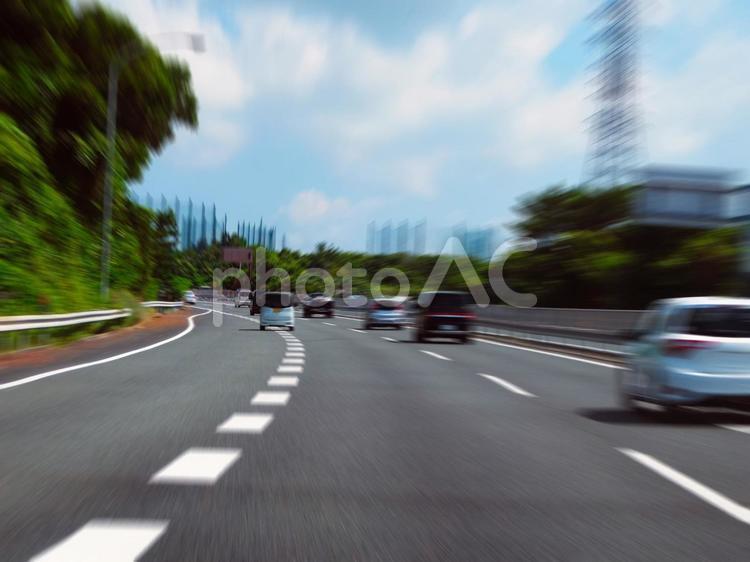 高速道路をスムーズに合流する車の写真