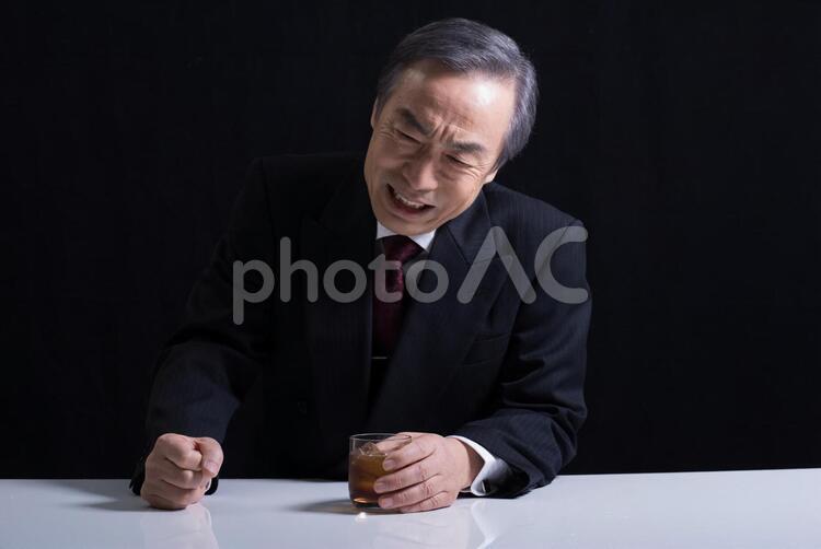 落選してやけ酒を飲む元政治家の写真