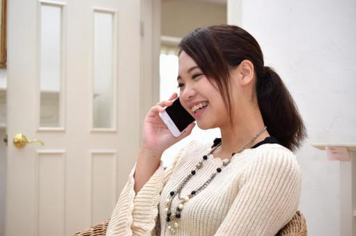 高中女生享受與朋友打來的電話