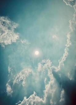 밝은 태양과 구름