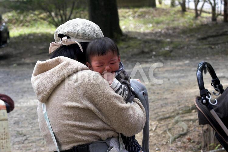 泣く赤ちゃんとお母さんの写真