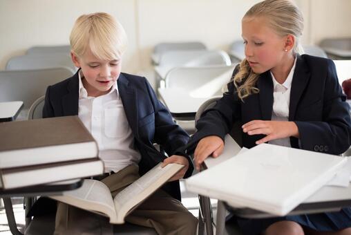 外国男孩和女孩28读一本书