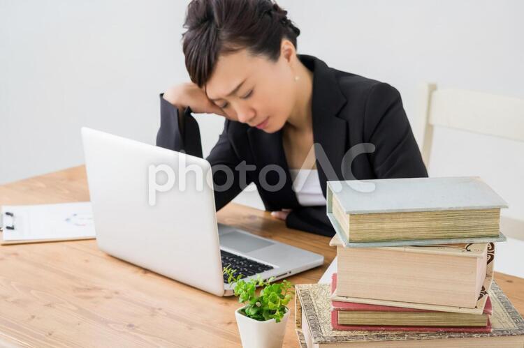 資料にうんざりする女性の写真