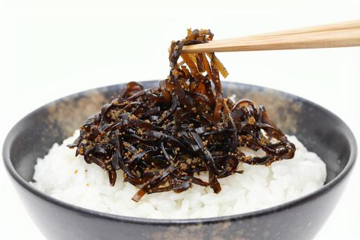 Boiled boiled rice with seaweed