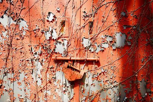 朱紅色的舊門和掛鎖