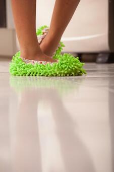 在清洗脚拖地13