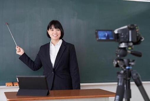 교실에서 온라인 수업 촬영을하는 일본인 여성 교사