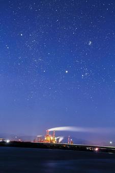 工廠和繁星點點的天空