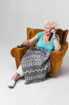 國外老年婦女16坐在沙發上