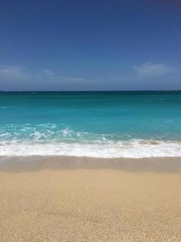 오키나와의 바다와 하늘 푸른 하늘과 바다 에메랄드 그린의 바다 하늘과 바다
