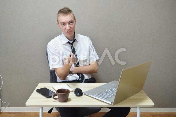 文句を言っている会社員の写真
