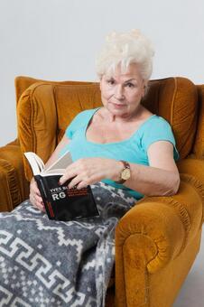 國外老年婦女8坐在沙發上