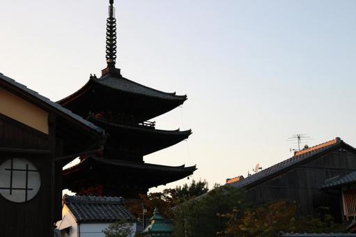 석양의 야 사카의 탑