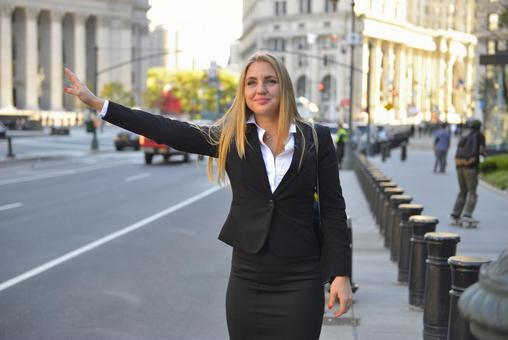 外国妇女等待出租车5