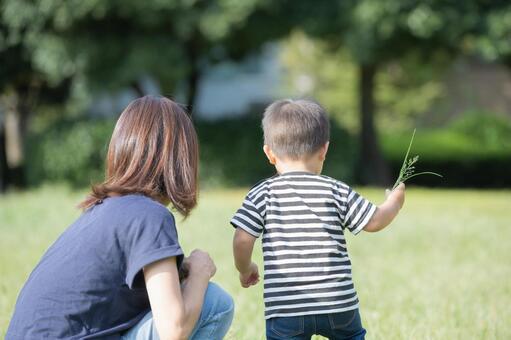 공원에서 산책하는 부모 (2 세)