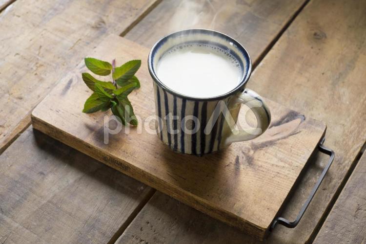 マグカップのホットミルクとミントの写真