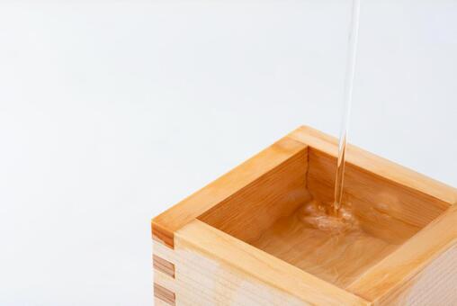 Image of sake (pouring sake into Ichigo Masu)