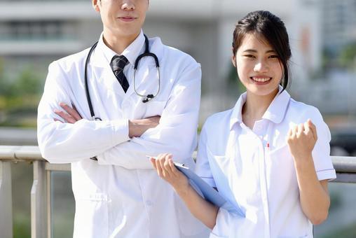 男女醫務人員(醫生、護士)在戶外