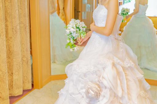 穿著新娘婚紗的女人