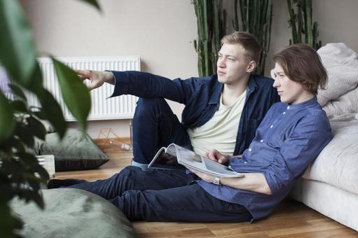 同性戀伴侶坐在4靠在沙發上