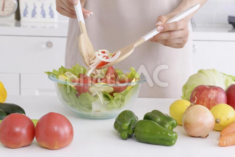 サラダを混ぜる手元7の写真