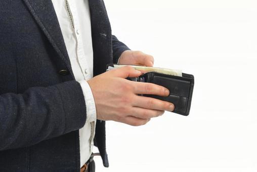 지갑의 내용물을 확인하는 외국인 남성 2