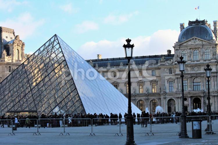 パリ ルーブル美術館 ピラミッドの写真
