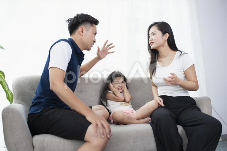 ソファーで喧嘩するアジア人ファミリーの写真