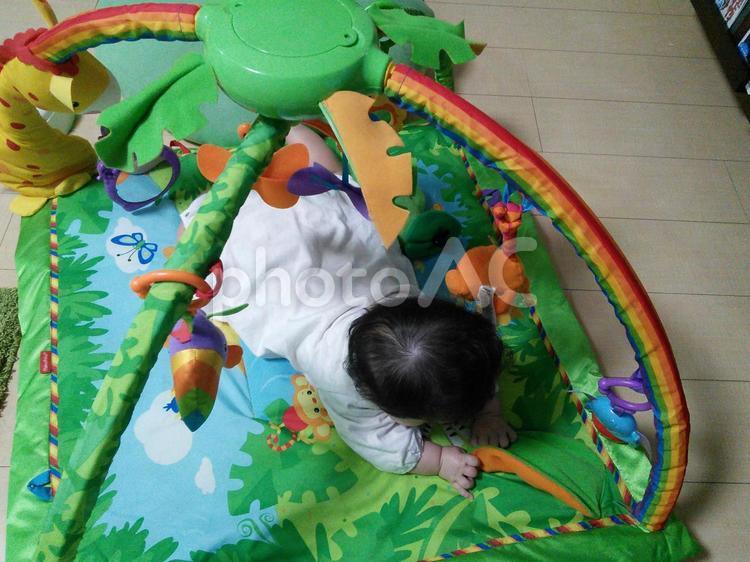 プレイマットで 遊ぶ赤ちゃんの写真