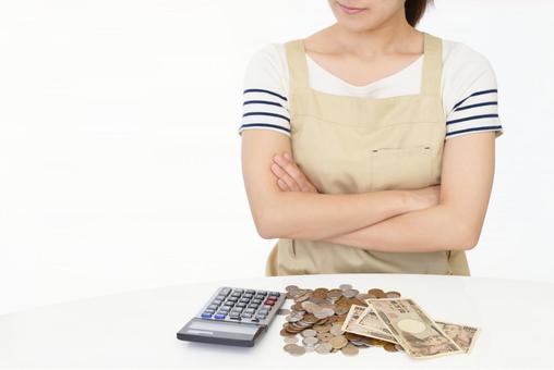 돈 계산을하는 여성