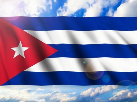 古巴國旗映襯在藍天下